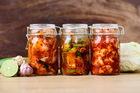 Маринованная дыня, битые огурцы и кимчи: самые необычные рецепты солений